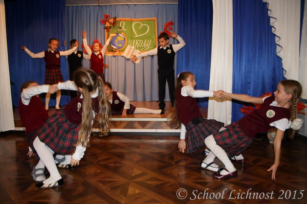 Ученики начальной школы на концерте в честь Дня Учителя